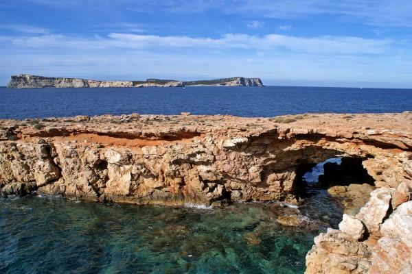 Agujero en una formación rocosa dentro del mar
