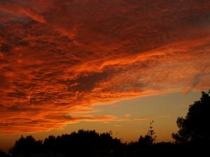 Postal: Nubes rojas al atardecer