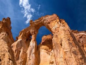 Grandes formaciones rocosas bajo un cielo azul