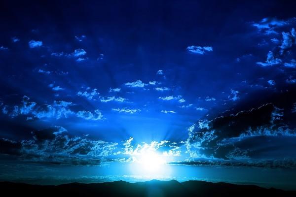 Potente luz blanca iluminando el cielo