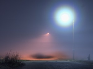 Postal: Farolas iluminando en una noche con niebla