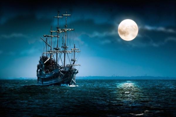 Barco navegando a la luz de la luna