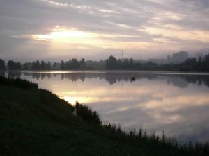 Barca cruzando el río al amanecer