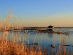 Muelle y caseta en el lago
