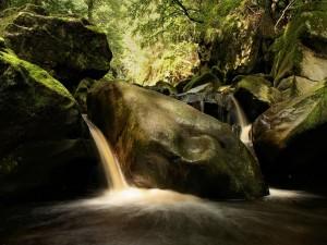 Postal: Pequeñas cascadas entre grandes piedras