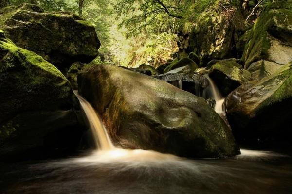 Pequeñas cascadas entre grandes piedras