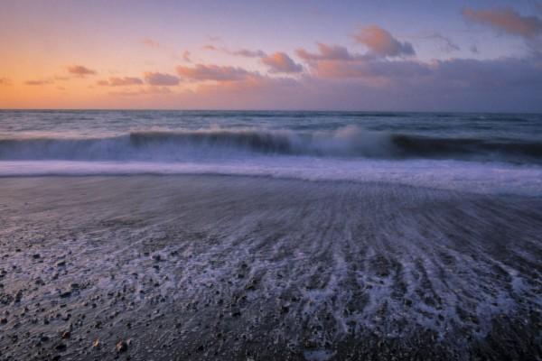 Orilla del mar al amanecer