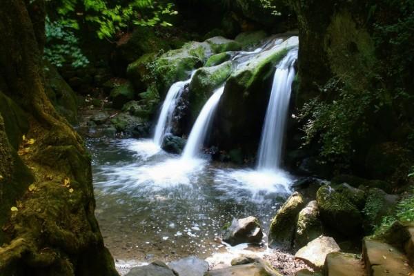 Tres cascadas fluyendo entre las rocas