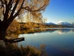 Cielo azul sobre el lago