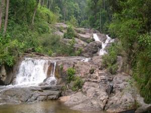 Un río cayendo en cascadas entre las rocas