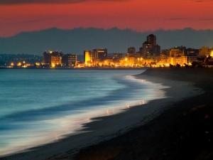 Caminando por la playa al anochecer