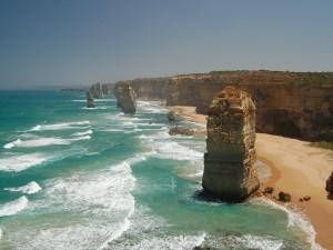 Acantilados y formaciones rocosas junto al mar