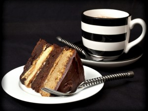 Layer cake de chocolate y una taza de café