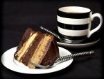 Layer cake de chocolate y una taza de café
