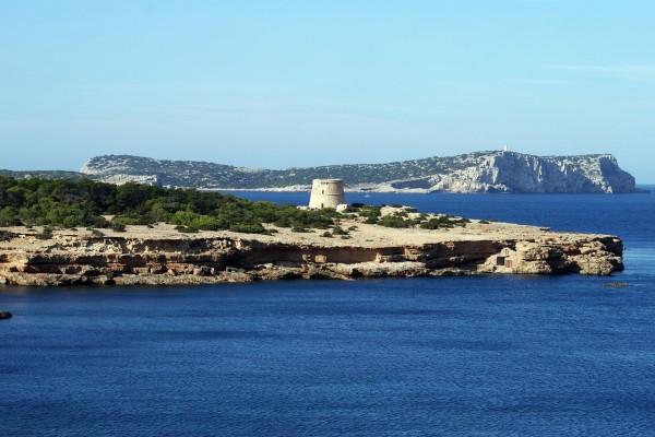 Vista de la Isla Conejera frente a Ibiza
