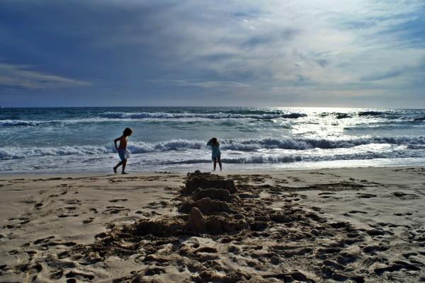 Niños jugando en una playa