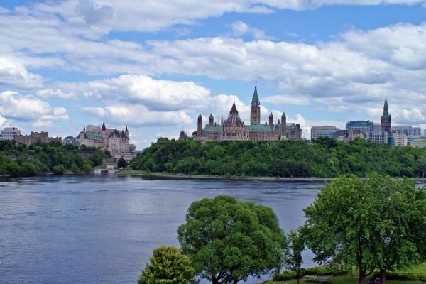 Vistas del Parlamento y el río Ottawa (Ottawa, Canadá)
