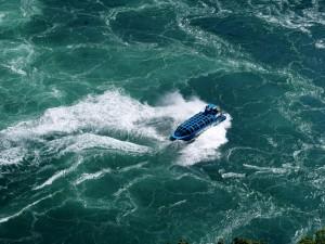 Navegando en el Whirpool Jet entre los rápidos del río Niágara
