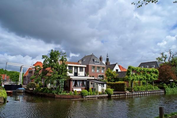 Casas junto a un canal holandés