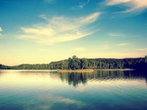 Río y árboles bajo un cielo azul