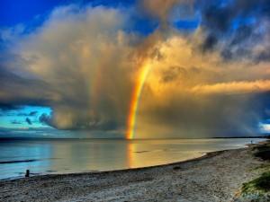 Maravilloso arcoíris en el mar