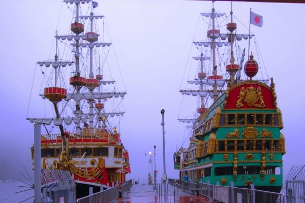 Barcos piratas en el puerto