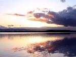 El agua de un lago brillando al amanecer