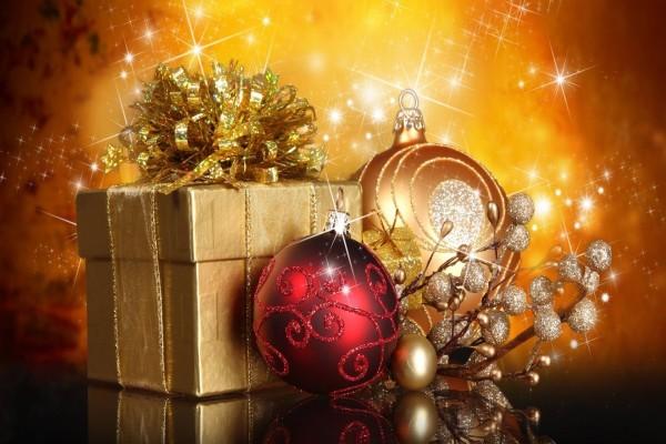Esferas de Navidad y regalos