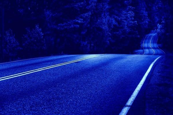 Carretera al caer la noche