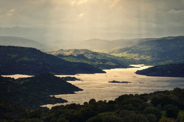 Débiles rayos de sol iluminando el lago
