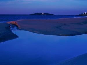 Amanecer azul junto al mar