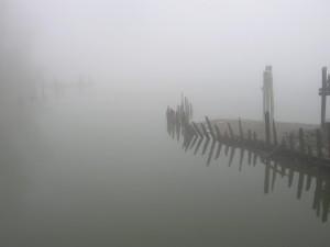 Niebla en invierno sobre el agua