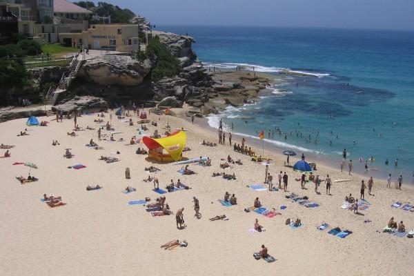 Gente disfrutando en la playa