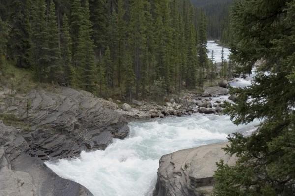 El cauce de un río caudaloso