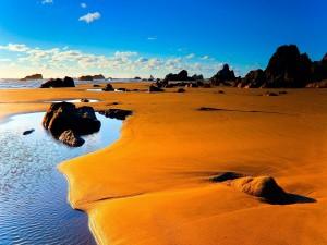 Playa con una gran extensión de arena y rocas