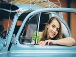 Joven en un auto