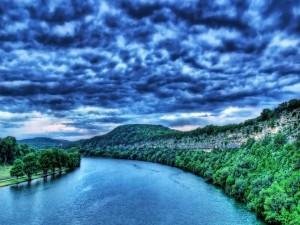 Nubes sobre el cauce de un río