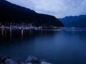 Barcos en un puerto al amanecer