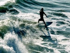 Postal: Surfista entre las olas