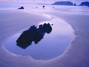Agua de mar alrededor de una roca