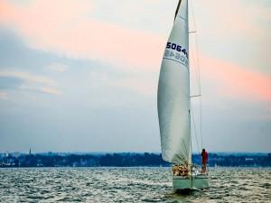 Navegando en un barco velero