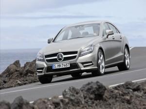 Mercedes CLS circulando por una carretera costera