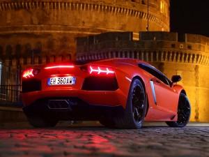 Postal: Lamborghini rojo con las luces traseras encendidas