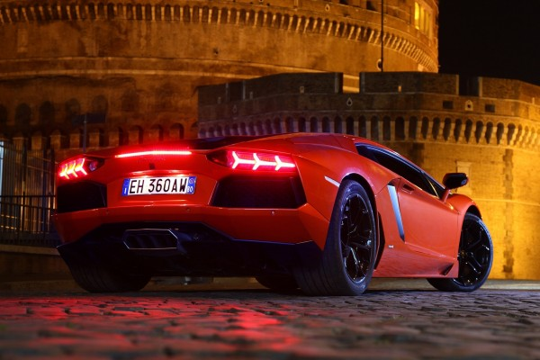 Lamborghini rojo con las luces traseras encendidas