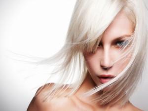 Postal: Mujer con el pelo claro