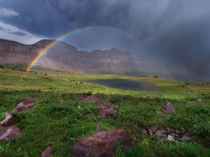 Arco iris sobre el valle de la montaña