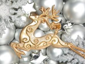 Postal: Reno dorado sobre bolas plateadas para Navidad