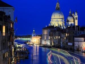 Noche iluminada en Venecia