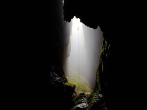 Descendiendo a una cueva de Nueva Zelanda
