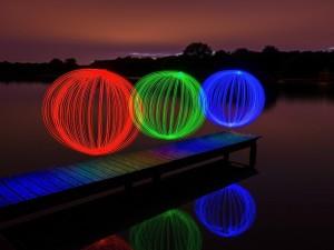 Juego de luces y colores sobre un muelle